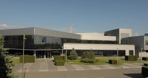 Buitenkant van een grote moderne fabriek of fabriek, industrieel buiten, modern bureau of handelscentrum stock footage