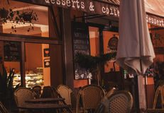 Buitenkant van een kleine koffie in avondlicht stock afbeeldingen