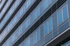 Buitenkant van een modern gebouw met vensters royalty-vrije stock foto's