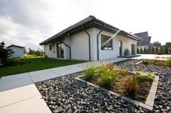 Buitenkant van een modern huis met elegante architectuur stock afbeeldingen