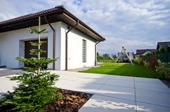 Buitenkant van een modern huis met elegante architectuur royalty-vrije stock foto