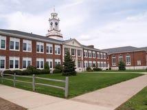 Buitenkant van een oude baksteenmiddelbare school in New Jersey Stock Afbeeldingen