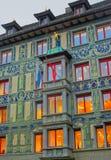 Buitenkant van het gebouw met een cijfer van een gouden boogjongen in Lu Stock Afbeeldingen