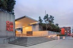 Buitenkant van het Museum van Oakland van Kunst bij Schemering royalty-vrije stock foto