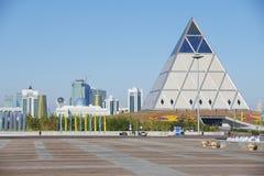 Buitenkant van het Paleis van Vrede en Verzoenings de bouw in Astana, Kazachstan Stock Foto