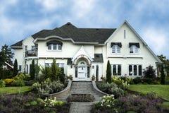 Buitenkant van het witte huis van de gipspleisterluxe Stock Foto