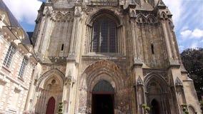 Buitenkant van kathedraal in Lisieux, Normandië Frankrijk, SCHUINE STAND stock videobeelden