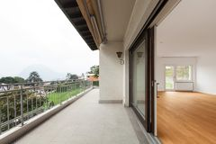 Buitenkant van modern flat breed balkon royalty-vrije stock foto's