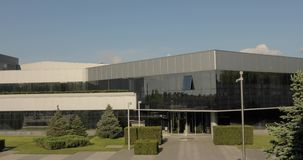 Buitenkant van moderne fabriek, buitenkant van de moderne installatie, Moderne installatie, moderne de bouw buiten, industriële b stock videobeelden