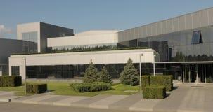 Buitenkant van moderne fabriek, buitenkant die van de moderne installatie, Modern installatiepanorama, met grote moderne glasruit stock footage