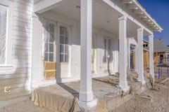 Buitenkant van nieuw huis met portiek in Dageraad Utah royalty-vrije stock foto's
