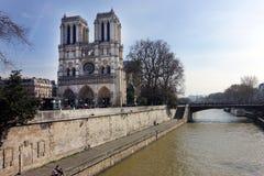 Buitenkant van Notre Dame Cathedral Viewed van de Zegenrivier stock foto
