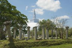 Buitenkant van Ruwanwelisaya-stupa en Heilige de stadsruïnes in Anuradhapura, Sri Lanka Royalty-vrije Stock Foto
