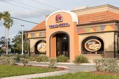 Buitenkant van Taco Bell-fast-food restaurant met teken en embleem royalty-vrije stock afbeeldingen