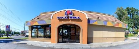 Buitenkant van Taco Bell-fast-food restaurant met teken en embleem stock fotografie