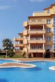 Buitenkant van van de luxevakantie of vakantie flats in Spanje stock foto's