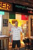 Buitenlandse doende pizzachef-kok Stock Afbeeldingen