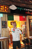 Buitenlandse doende pizzachef-kok Stock Fotografie