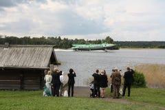 Buitenlandse toeristen en sovjetvleugelbootschip Stock Afbeelding