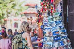 Buitenlandse Toeristen, Reizigers die Herinneringen zoeken bij Toerist Sho stock foto