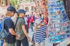 Buitenlandse Toeristen, Reizigers die Herinneringen zoeken bij Toerist Sho stock afbeeldingen