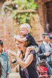 Buitenlandse Toeristenfotograaf Taking Pictures in Katmandu, het Nemen stock foto