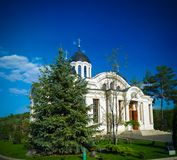 Buitenmening aan de winterkerk in het orthodoxe klooster van Curchi, Orhei, Moldavië royalty-vrije stock foto