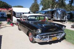Buitenmening van een uitstekende aanhangwagen en van 1957 auto van Chevrolet Stock Fotografie