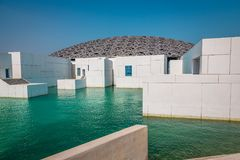 Buitenmening van het Louvremuseum in Abu Dhabi stock afbeeldingen