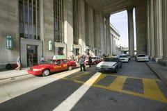 Buitenmening van rode taxicabine voor de 30ste Straatpost, een nationaal Register van Historische Plaatsen, AMTRAK-Station i Stock Afbeeldingen