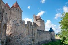 Buitenmuren van Porte Narbonnaise in Carcassonne stock fotografie