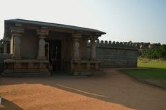 Buitenmuur en één van de ingangen van Hazara Rama Temple, Hampi, Karnataka, India Royalty-vrije Stock Foto's