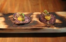 Buitensporig die voorgerecht in gastronomisch restaurant wordt gediend Stock Afbeelding