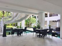 Buitensporig Poolside-Restaurant in Indonesië stock foto's
