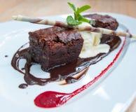 Buitensporig dessert, chocoladebrownie en roomijs Royalty-vrije Stock Afbeelding