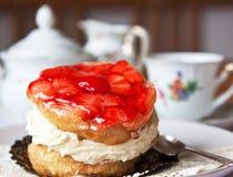Buitensporige cake met koffie. Royalty-vrije Stock Foto's