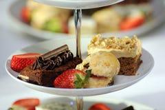 Buitensporige cakes op een caketribune Royalty-vrije Stock Fotografie