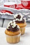 Buitensporige chocolade cupcakes op houten lijst. Stock Afbeelding