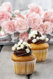 Buitensporige chocolade cupcakes op houten lijst Royalty-vrije Stock Fotografie