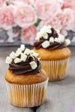 Buitensporige chocolade cupcakes op houten lijst Royalty-vrije Stock Foto's