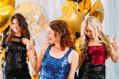 Buitensporige de vieringsmeisjes van de partij feestelijke gelegenheid stock afbeeldingen
