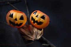Buitensporige Halloween-pompoen met droog blad op donkerblauwe achtergrond royalty-vrije stock afbeeldingen
