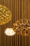 Buitensporige hangende metaal gouden lampen royalty-vrije stock afbeelding