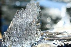 Buitensporige ijsijsschol die van een meer in de lente wordt gevangen stock foto
