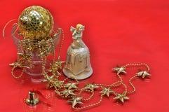 Buitensporige Kerstmisklokken op rood Royalty-vrije Stock Fotografie