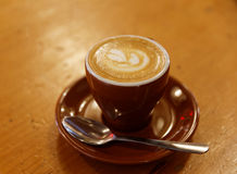 Buitensporige Koffie Latte Macchiato op houten lijst Royalty-vrije Stock Foto's