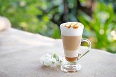 Buitensporige lattekoffie in glaskruik royalty-vrije stock fotografie