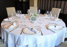 Buitensporige lijst die voor een diner wordt geplaatst stock afbeelding