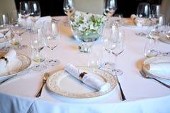 Buitensporige lijst die voor een diner wordt geplaatst stock afbeeldingen