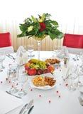 Buitensporige lijst die voor een huwelijksviering wordt geplaatst. Stock Foto's